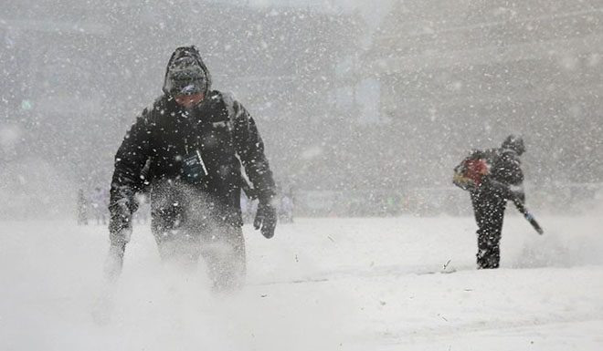 Heavy snow blankets U.S. Chicago