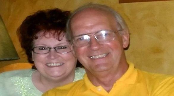 يقدم لزوجته بطاقة المعايدة ذاتها بمناسبة الفالنتين منذ 40 عاماً
