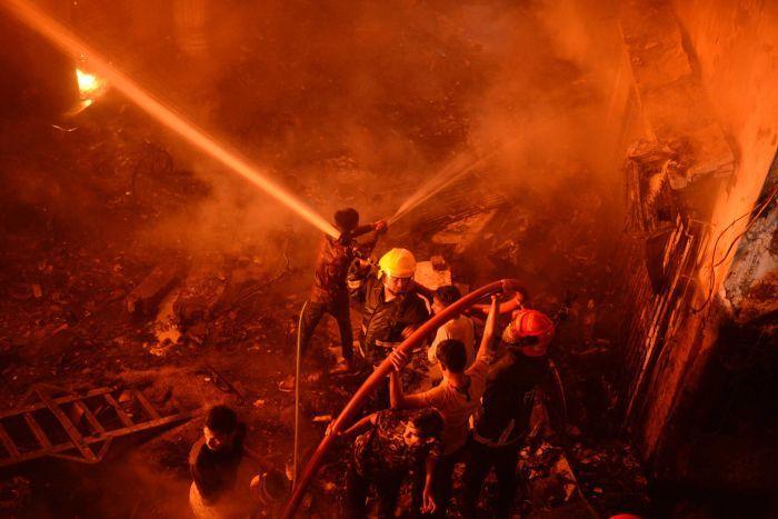 Bangladesh: un incendie fait près de 70 morts dans la capitale -  VIDEO