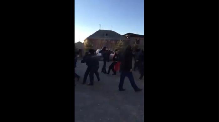 Ermənistanda polislə sakinlər arasında qarşıdurma - VİDEO