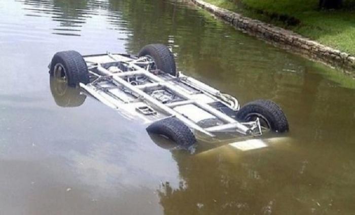 Ucarda maşın kanala düşüb - Sürücü ölüb