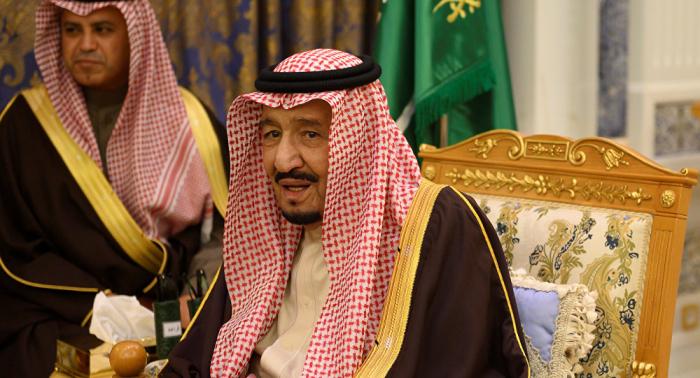 ماذ فعل الملك سلمان عند لقائه الأمير متعب بن عبد الله (صور)