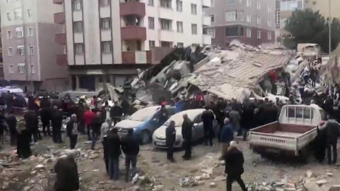 İstanbulda 6 mərtəbəli bina çöküb - VİDEO