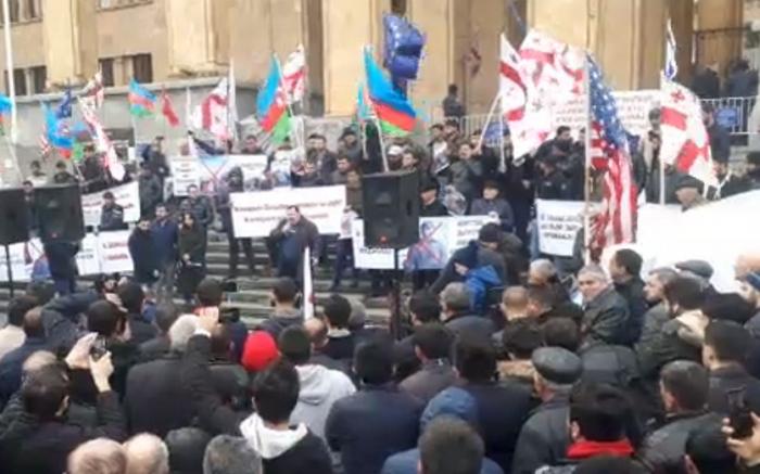 Los azerbaiyanos protestan en Georgia-  En Vivo