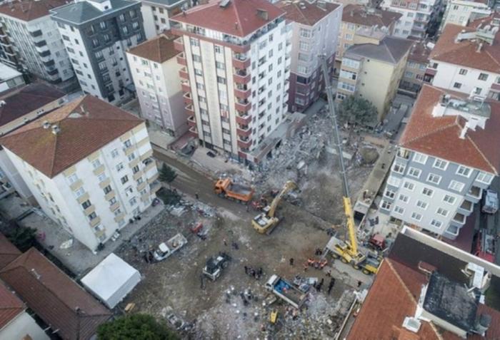 İstanbulda 10 binanın sakinləri təxliyə olunub