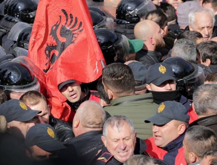 Albaniyada etirazçılar baş nazirin iqamətgahına hücum edib