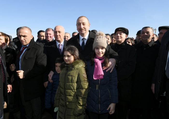 Prezident Sumqayıt bulvarında sakinlərlə görüşdü - FOTOLAR