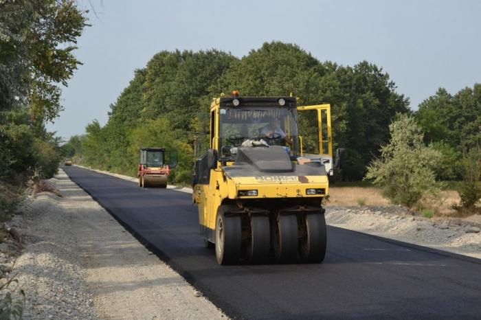 Präsident Ilham Aliyev stellt 850 Tausend Manat für Straßenbau in Khizi bereit