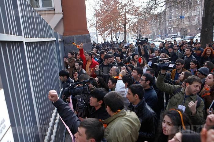 İrəvanda universitet işçiləri etiraza hazırlaşır
