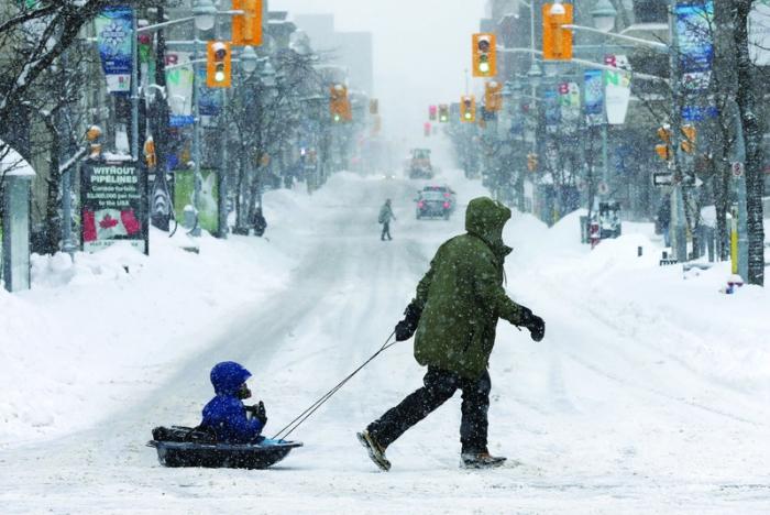 عاصفة ثلجية تشلّ شرقي كندا