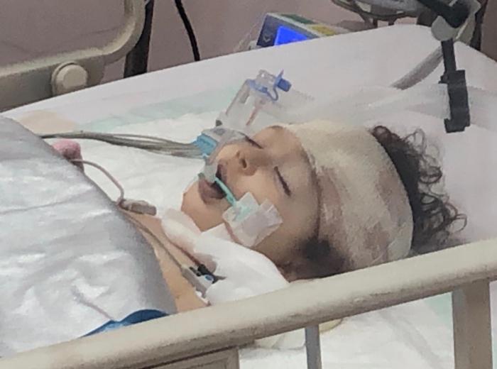 نقل الطفلة «لين» ضحية السقوط من الدور العاشر إلى مستشفى توام
