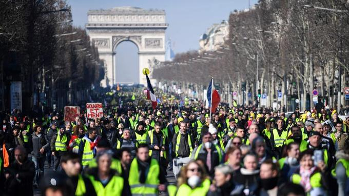 """""""Gilets jaunes"""":   des milliers de manifestants défilent à Paris"""