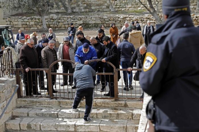 الاحتلال يرضخ ويزيل الأقفال عن أبواب «الأقصى»
