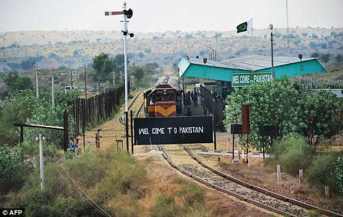 Pakistan Hindistana gedən qatarı dayandırdı