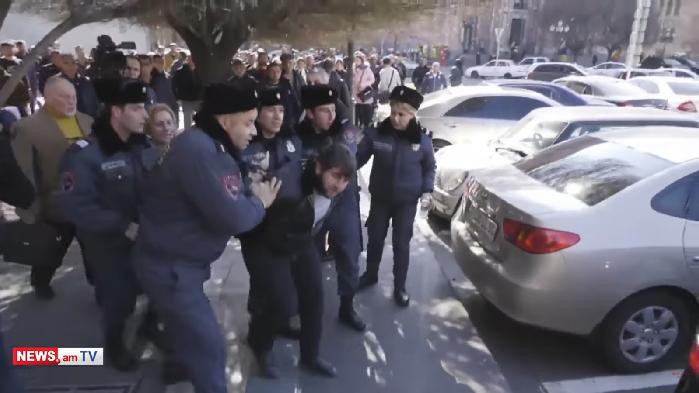Andranik hökumət binası qarşısında özünü öldürmək istədi - VİDEO