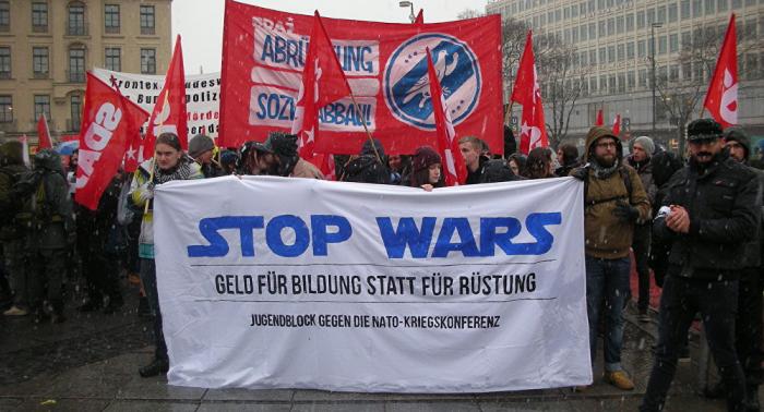 Menschen protestieren gegen Münchner Sicherheitskonferenz