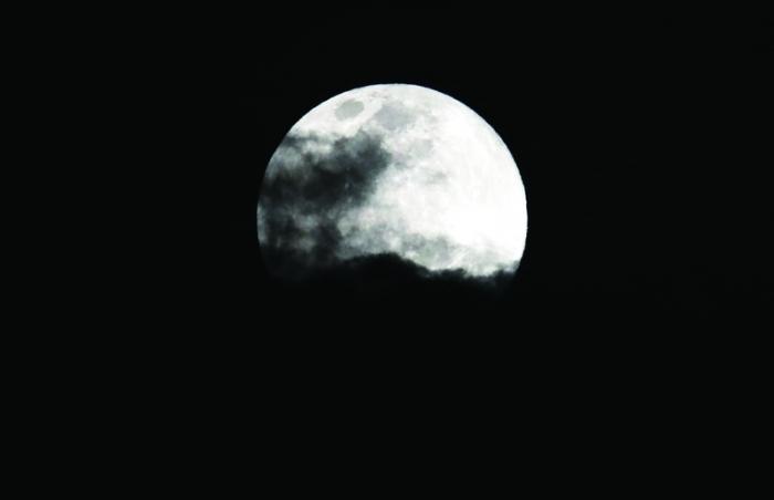 القمر الثلجي العملاق يظهر في سماء دبي