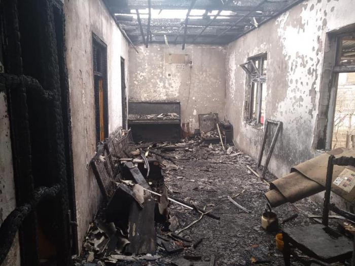 Polislər kişini yanan evdən xilas etdi - FOTOLAR