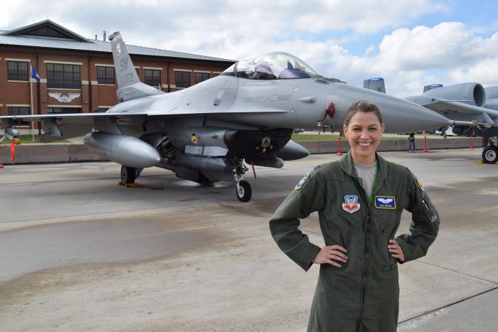 ABŞ-da ilk qadın kapitan işdən qovuldu - FOTO