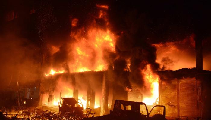Al menos 69 muertos en un gran incendio en la capital de Bangladesh