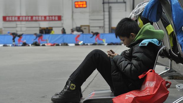 China apaga los móviles para frenar la miopía