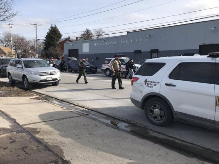 """Un """"tirador activo"""" deja varios heridos y desata un gran operativo policial en Illinois"""