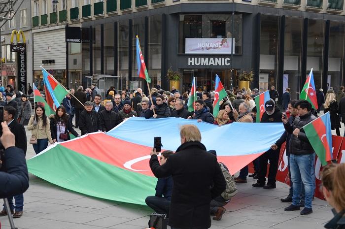 Azərbaycanlılar Vyanada aksiya keçirdilər