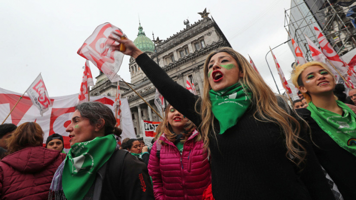 """Masivo """"Pañuelazo"""" federal por el aborto legal en Argentina"""