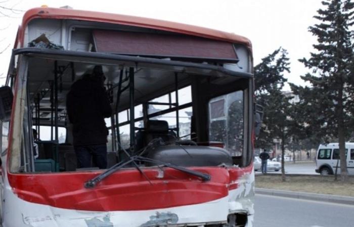 Bakıda avtobus qəzaya düşdü: Sürücü ağır xəsarət aldı