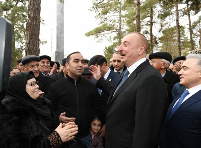 Prezident sakinlərlə birgə mahnı oxudu - VİDEO