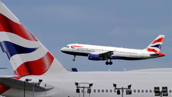 Decenas de pasajeros de British Airways, obligados a dormir en el suelo de un aeropuerto por una cancelación