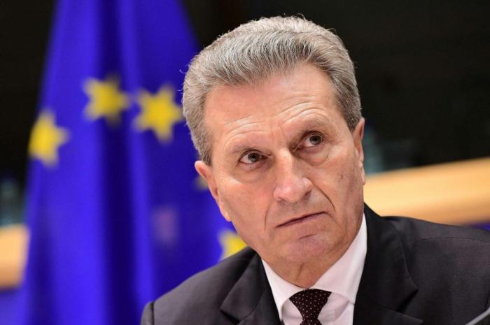 Günther Oettinger arriba a Azerbaiyán