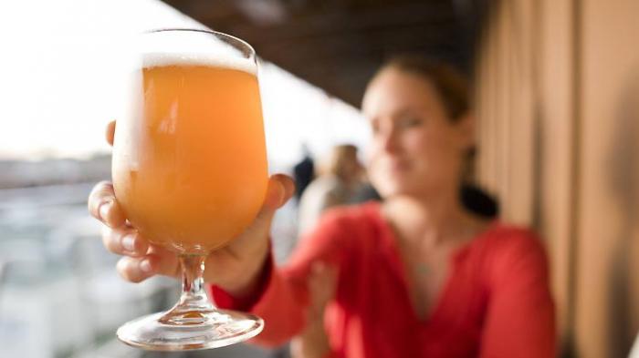 Schüler trinken unter Kontrolle Alkohol
