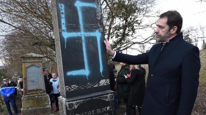 Profanan con símbolos nazis multitud de tumbas de un cementerio judío en Estrasburgo