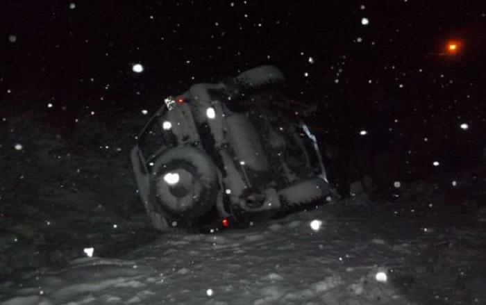 """Qubada """"Toyota"""" buzlu yolda aşdı - 2 nəfər xilas edildi"""