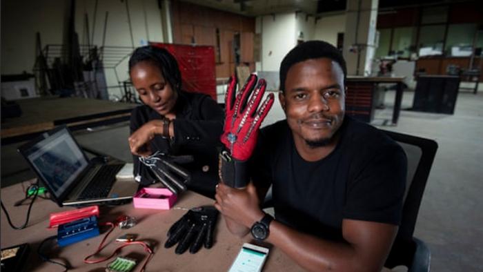 Ce Kenyan de 25 ans a inventé des gants qui convertissent la langue des signes en audio
