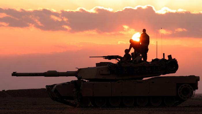 Escena propia de los tiempos de guerra: Tanques de EE.UU. atraviesan el Rin rumbo a Europa Oriental