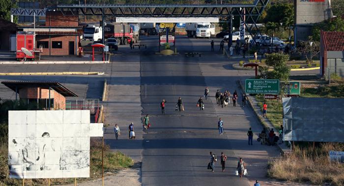 Venezolanos en Brasil increpan a militares en la frontera para que dejen pasar la ayuda