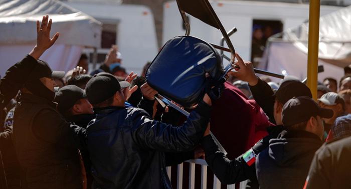 Migrantes se enfrentan a policía en albergue en norte de México