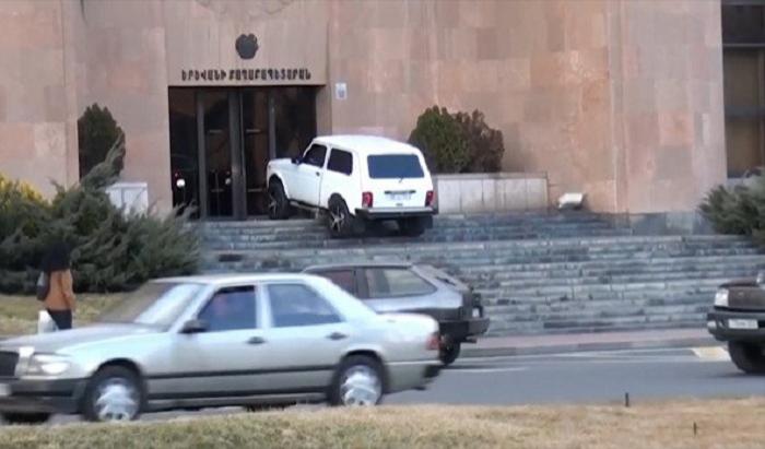 İrəvan sakini maşınını meriya binası önündə yandırmaq istədi - VİDEO+FOTO