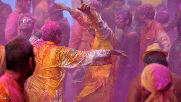 الهند تحتفل بمهرجان الألوان مع قدوم فصل الربيع
