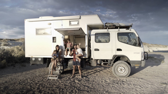 La familia española que lo ha dejado todo para dar la vuelta al mundo en camión