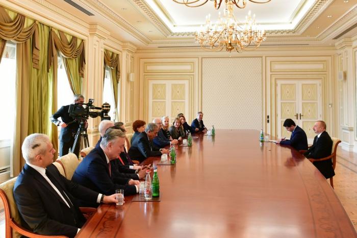 Staatspräsident Ilham Aliyev empfängt eine Gruppe von Vorstandsmitgliedern des Internationalen Nizami Ganjavi Zentrums