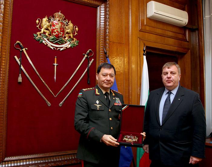 Jefe de Estado Mayor azerbaiyano se reúne con el ministro de Defensa búlgaro