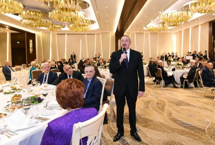İlham Əliyev forum iştirakçıları ilə ziyafətdə - FOTOLAR (Yenilənib)