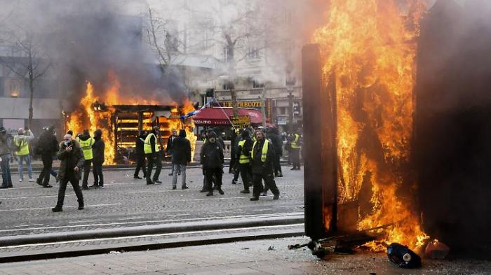 Regierung in Paris gesteht Fehler ein