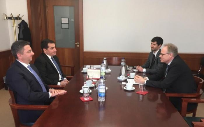 Hikmet Hajiyev mantiene unas reuniones en Alemania
