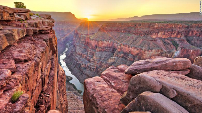 Tourist falls to his death while taking pictures at Grand Canyon
