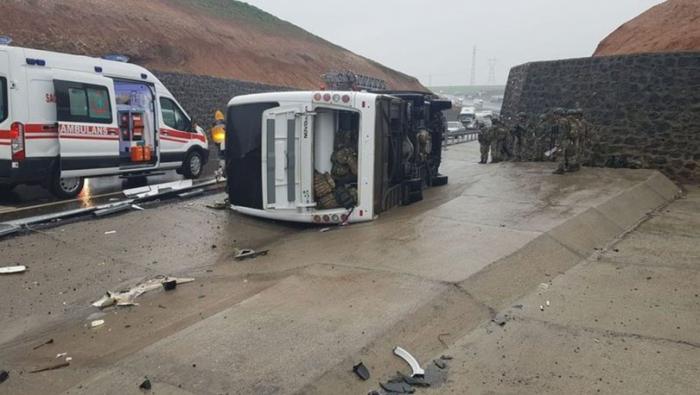 Türkiyədə hərbi avtobus qəzaya düşüb: 1 ölü, 20 yaralı