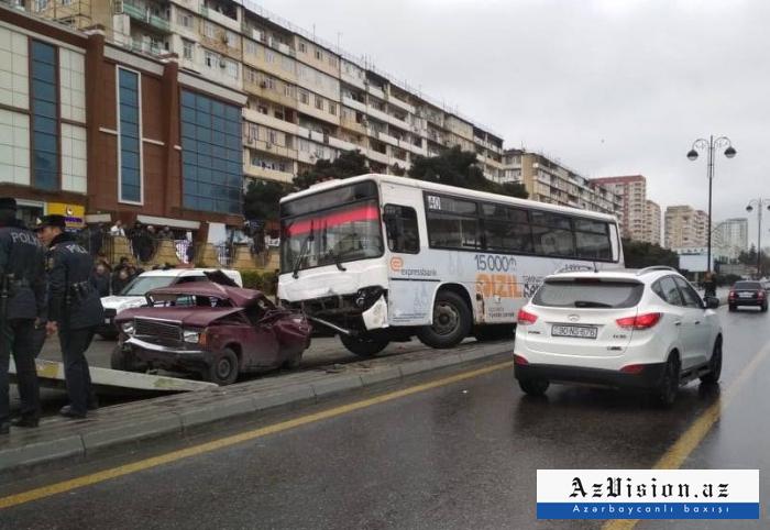 Bakıda sərnişin avtobusu qəzaya düşdü, maşınlar əzildi - FOTOLAR+VİDEO